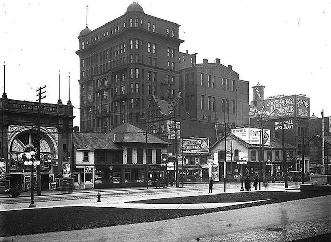 800px-1920_Toronto_QueenSt_from_OldCityHall
