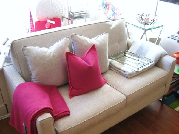Helsinki-Loveseat-with-Pink-Medium