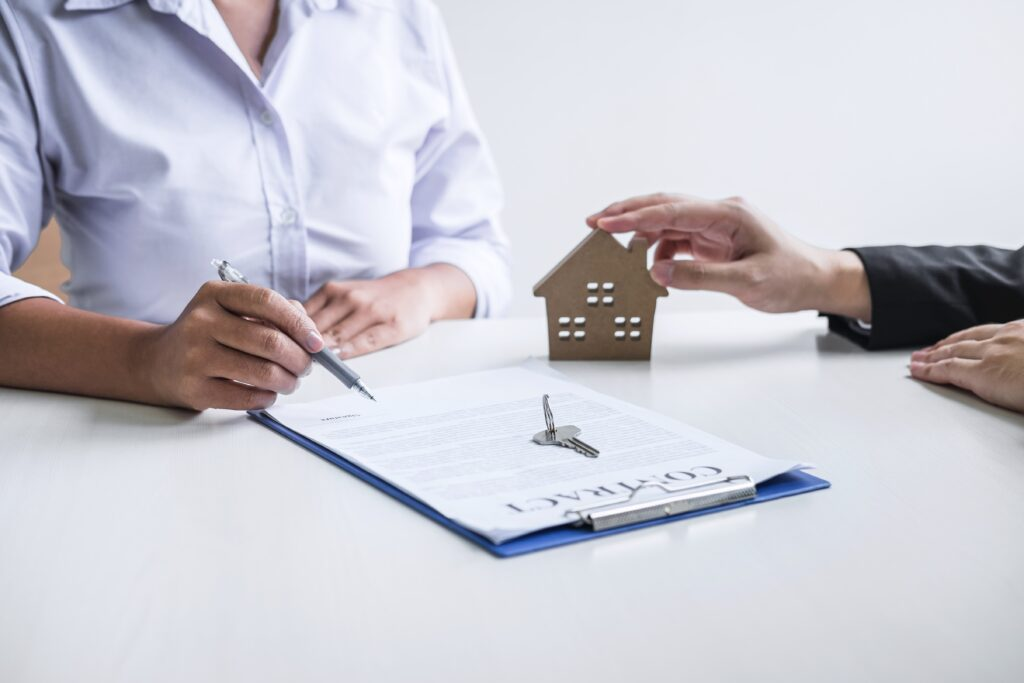Estate agent broker reach contract form to client signing agreem